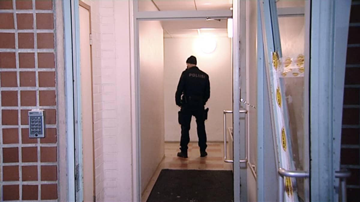 Poliisi rappukäytävässä.
