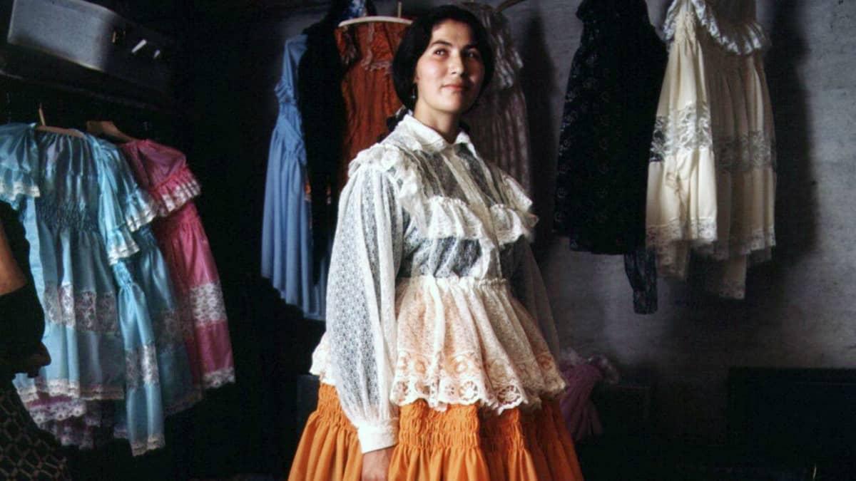 Romaninainen sovittaa puseroa ompelijan luona 1960-luvun alkupuolella.
