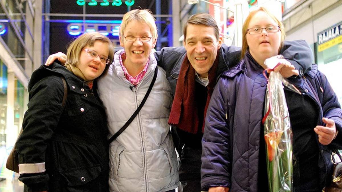 Toisenlaiset frendit -ohjelman Sanna, Kata, Timo ja Sonja.
