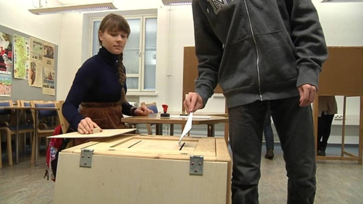 Nuorisovaalien äänestystä Riihimäen lukiossa