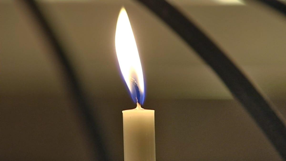 Kynttilän liekki lepattaa.