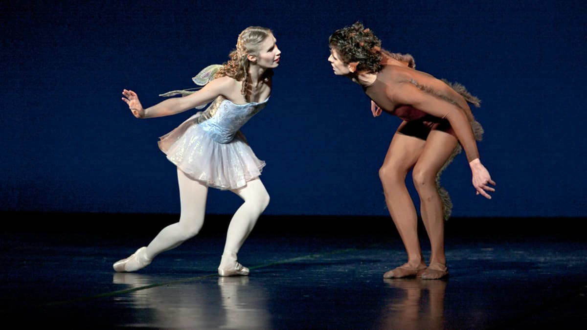 Kohtaus Pessi ja Illusia baletista. Rooleissa Aino Ettala ja Nicol Edmonds.