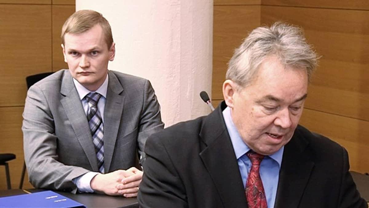 Lasse Kontiola ja Tapani Yli-Saunamäki oikeussalissa.