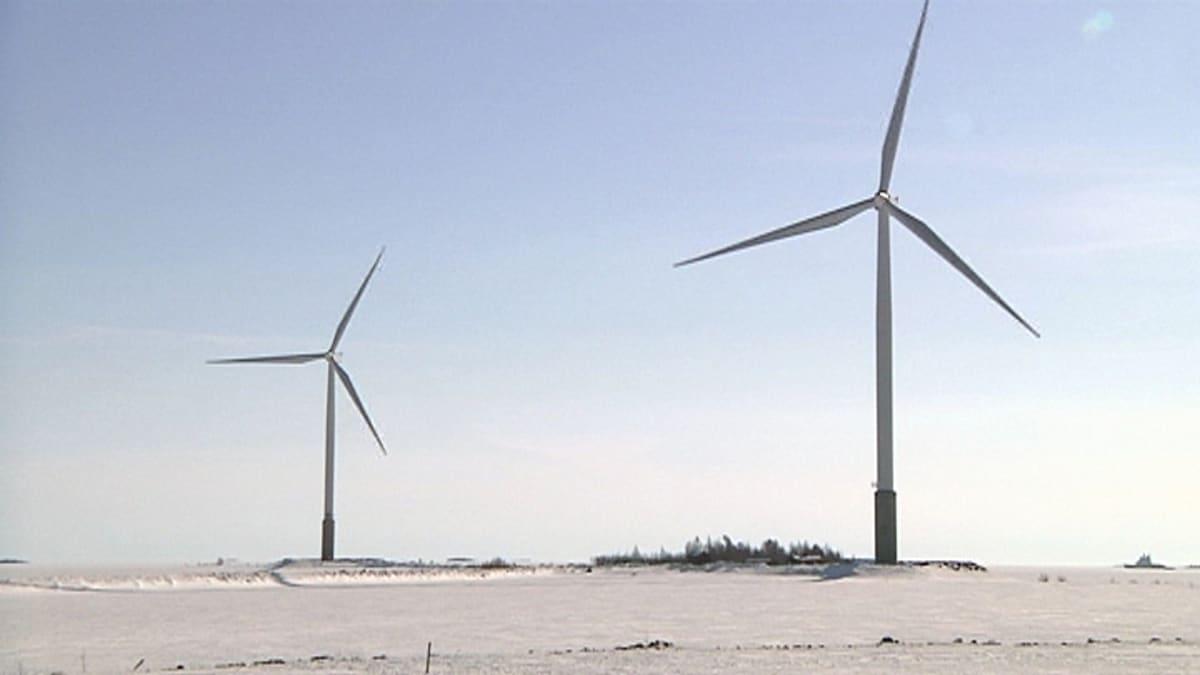 Kaksi tuulivoimalaa