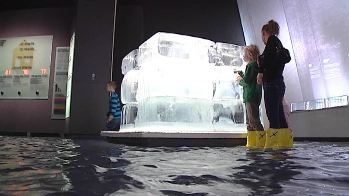 Jääkuutio Heurekan Klima X -näyttelyssä.