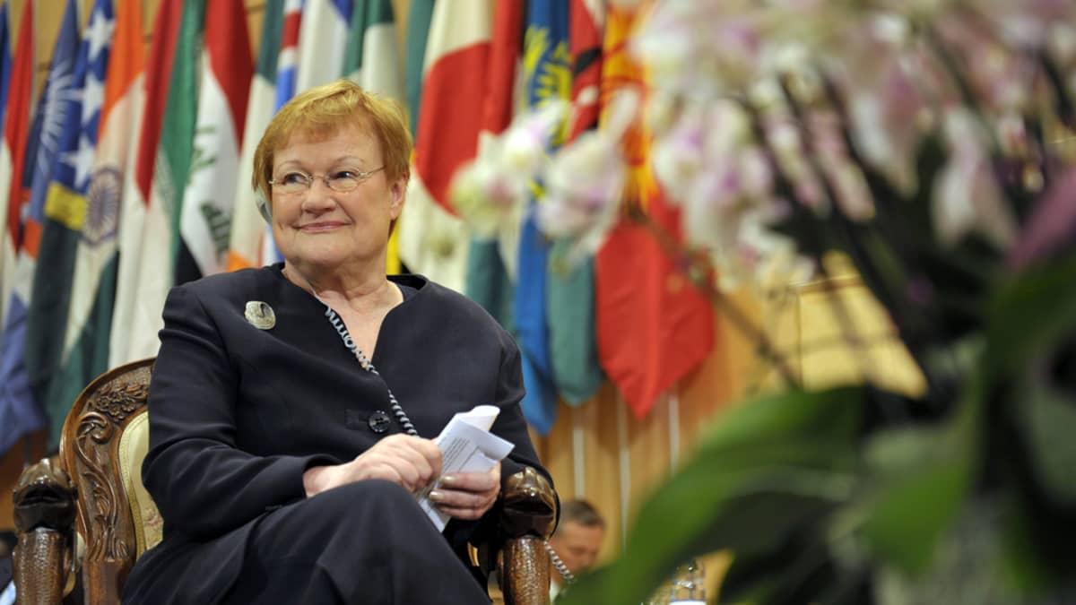 Presidentti Halonen odottelee puheenvuoroaan ILO:n konferenssissa Genevessä 1. kesäkuuta 2011.