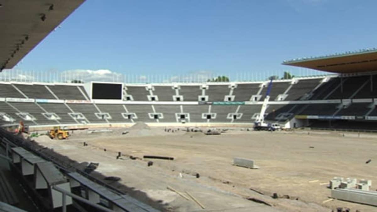 Olympiastadionin kenttää remontoidaan EM-kisoja varten.