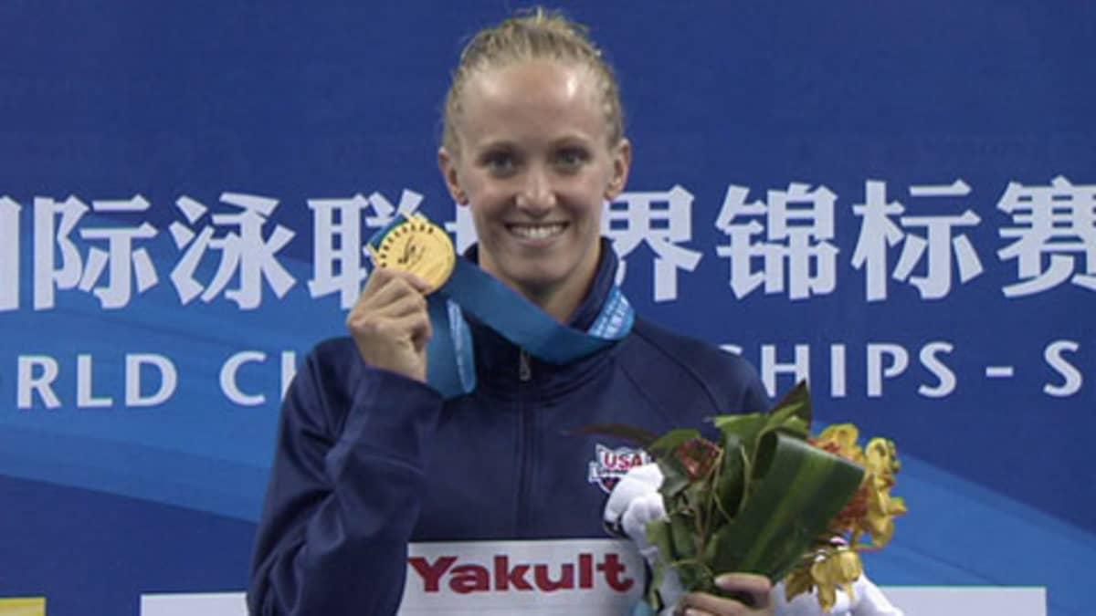Dana Vollmer näyttää MM-kultamitaliaan.