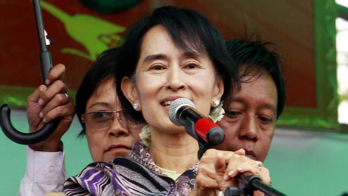 Ang San Suu Kyi puhuu mikrofoniin lavalla.