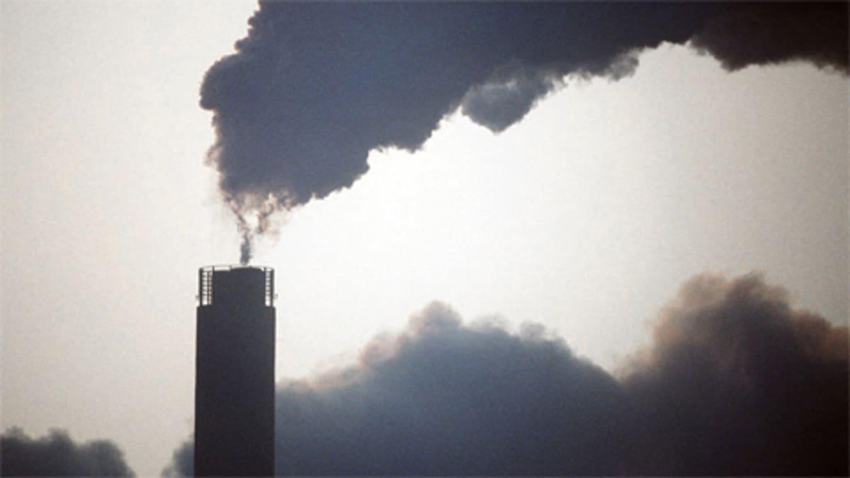 Hiilivoimala tupruttaa savua taivaalle