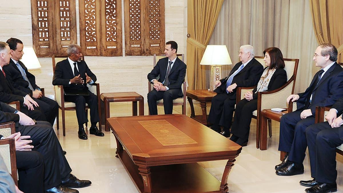 Kofi Annan (kesk. vas.) ja Bashar al-Assad (kesk. oik.) tapasivat 10. maaliskuuta 2012 Damaskoksessa.