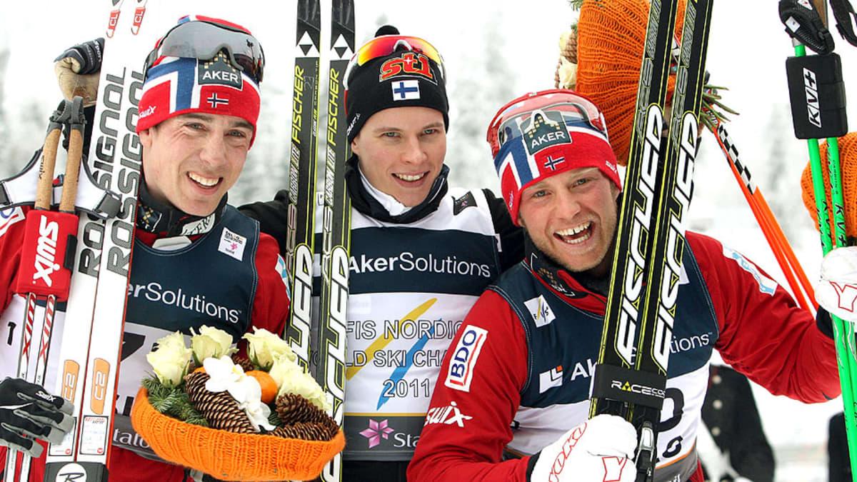 Matti Heikkinen maailmanmestarina keskellä. Vasemmalla Eldar Rönning, oikealla Martin Johnsrud Sundby.