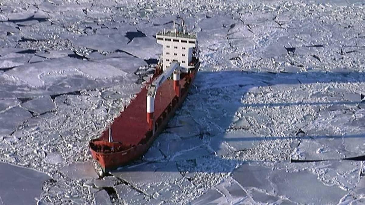 Kuvassa rahtilaiva jäissä Keski-Pohjanmaan  edustalla.