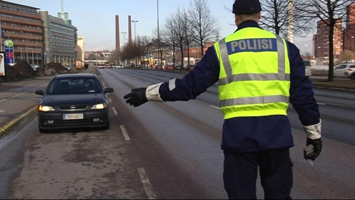 Liikennepoliisi pysäyttää auton.