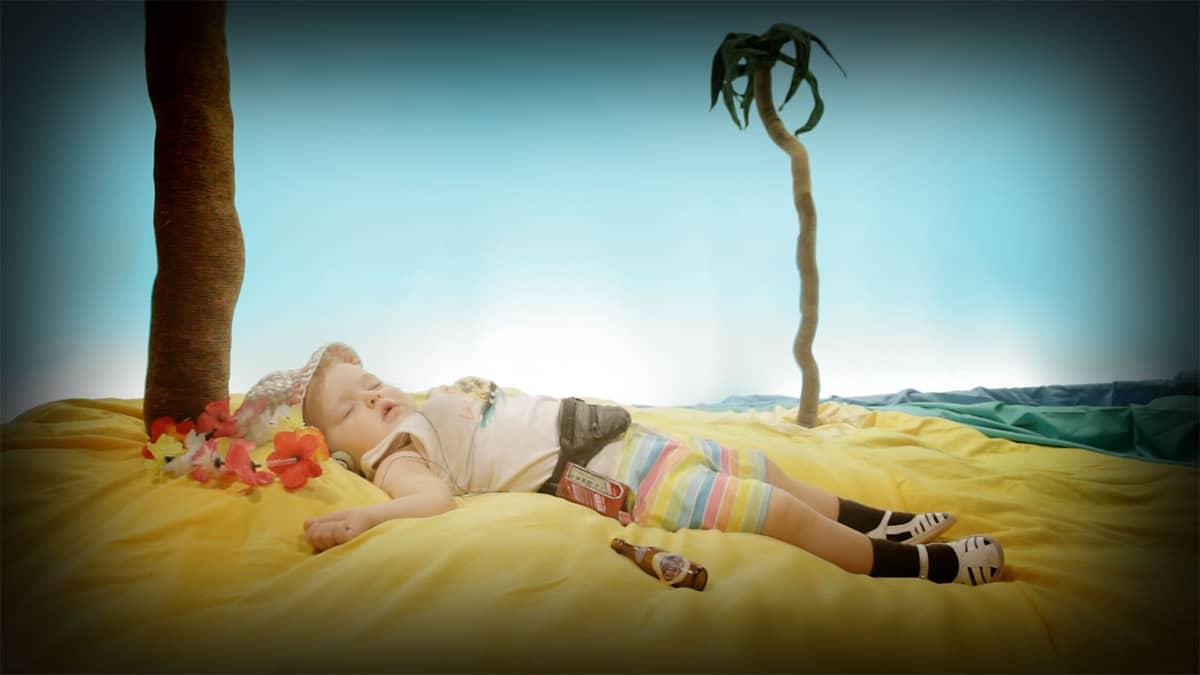 Lapsen esittämä rouvashenkilö juopuu Johannes Nyhomin lyhyt elokuvassa Las Palmas.