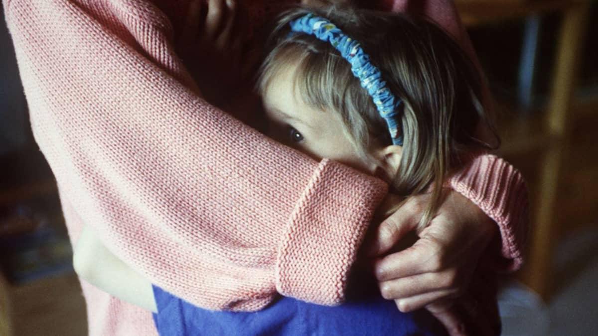 Vanhempi halaa lasta.
