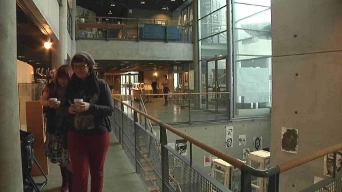 Opiskelijoita Kankaanpään taidekoulun käytävällä