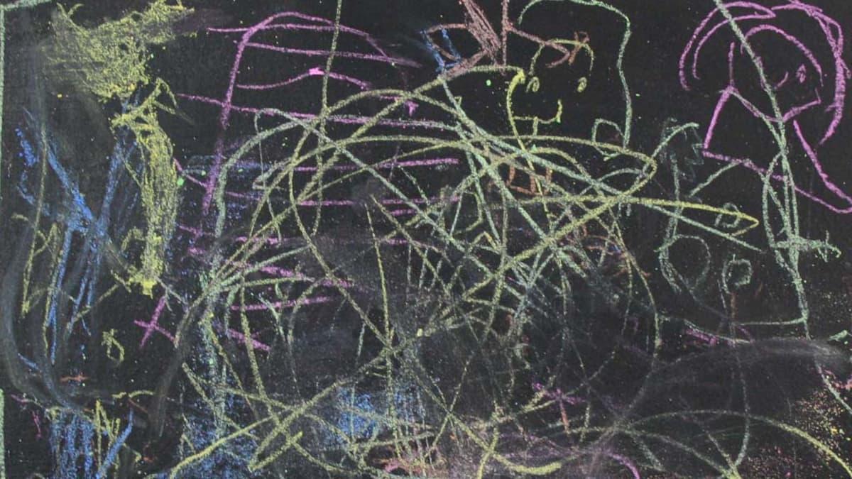 Kuvassa lasten liitutaulupiirrustus aiheesta teatteri