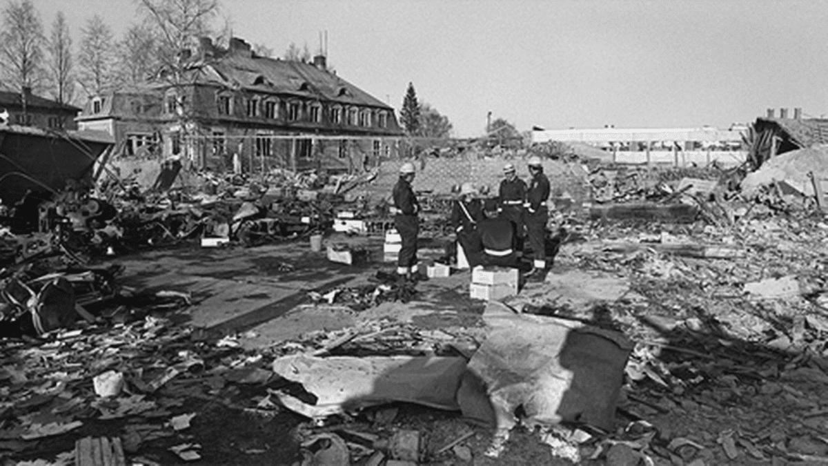 Poliiseja Lapuan patruunatehtaan raunioilla.