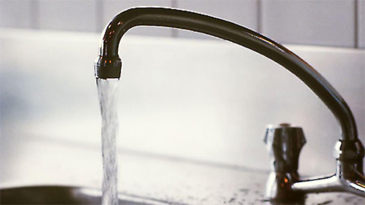 Vettä valuu vesihanasta altaaseen.