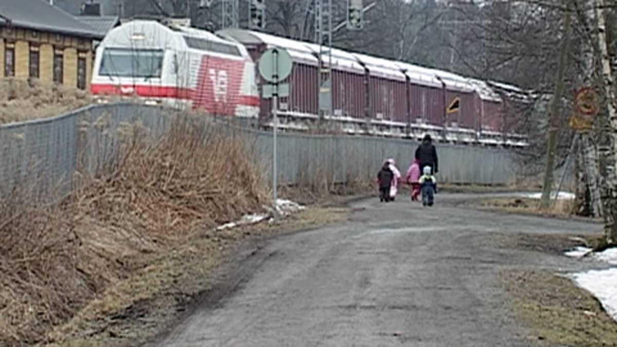 Tavarajuna ajaa Järvensivun ohi Tampereella.