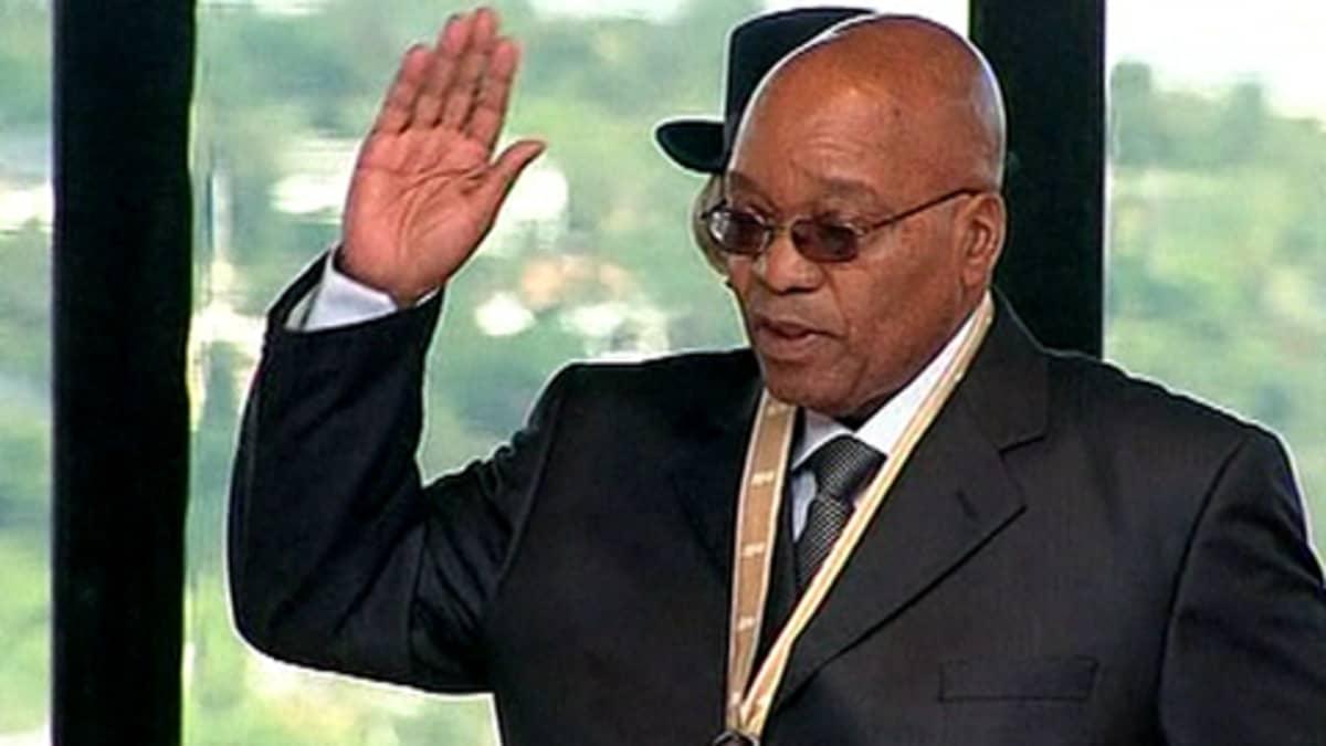 Etelä-Afrikan presidentti Jacob Zuma vannoo virkavalansa. Oikea käsi pystyssä.