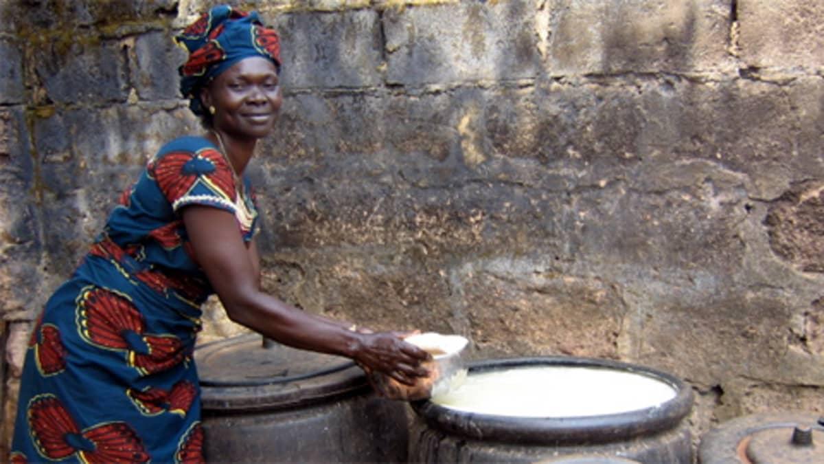Yksi mikrolainoja välittävistä järjestöistä on amerikkalainen Kiva. Kuvassa lainaa Kivan kautta lainaa etsivä nigerialainen Regina Odije.