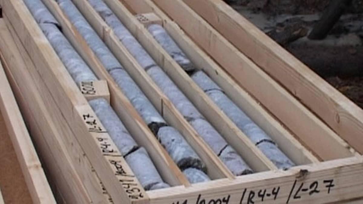 Kuvassa malminäytteitä Ullavan Läntästä. Jokamiehenoikeutta laajempi malminetsintä vaatii Tukesin luvan ja siitä pitää maksaa maanomistajalle korvaus. Näytteiden kairaaminen kalliosta on jo luvanvaraista toimintaa.