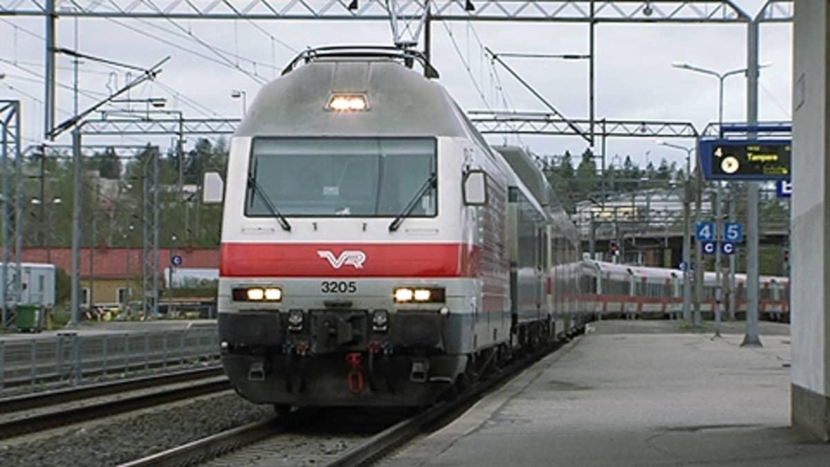 Juna saapumassa asemalle