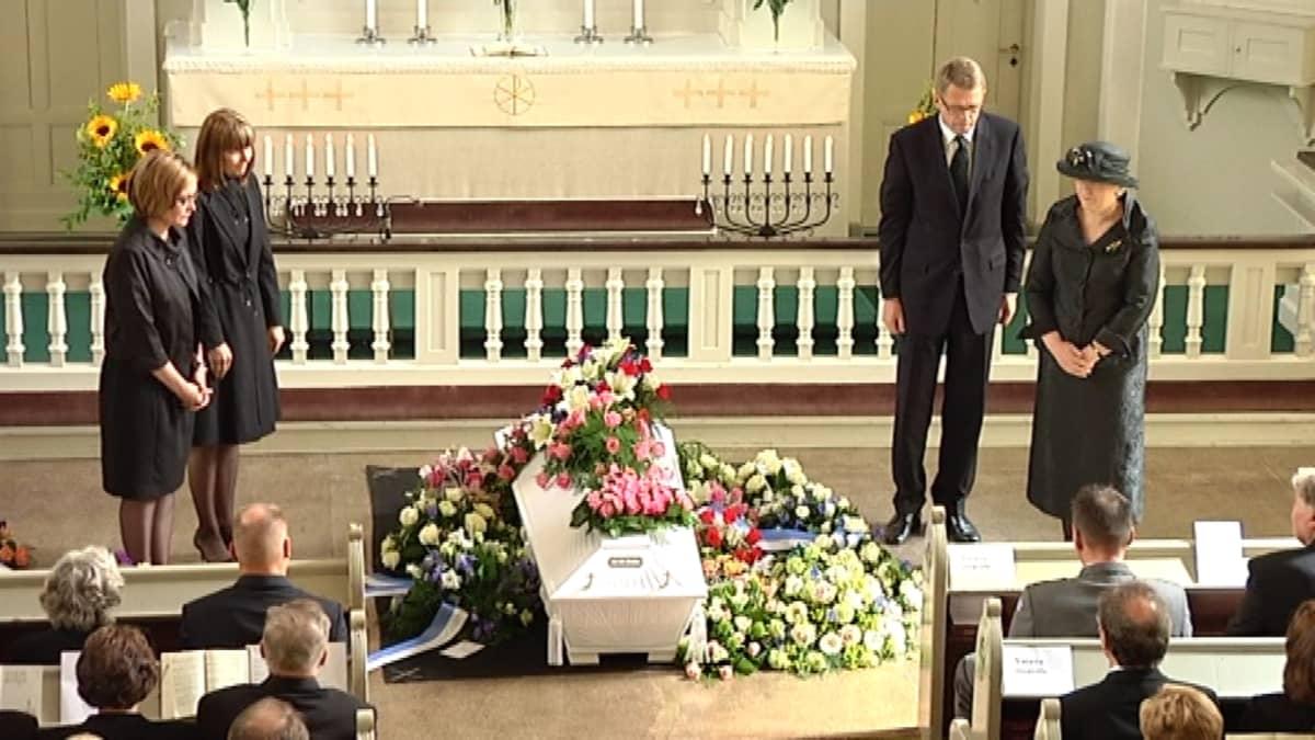 Keskustan ministerit laskivat muistoseppeleen Kauhavan kirkossa.