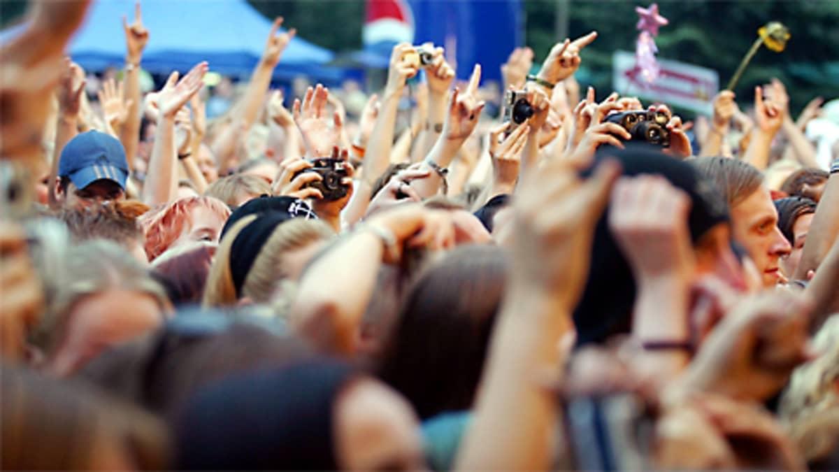 Yleisömeri rockfestivaaleilla.