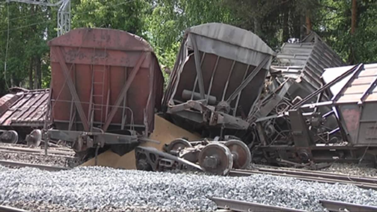 Toijalan junaonnettomuudessa radalta suistuneita vaunuja.
