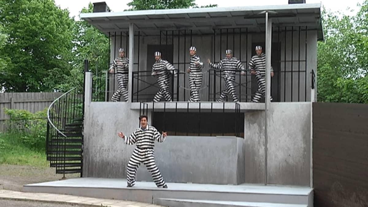 Elvis-musikaali Samppalinnan kesäteatterissa.