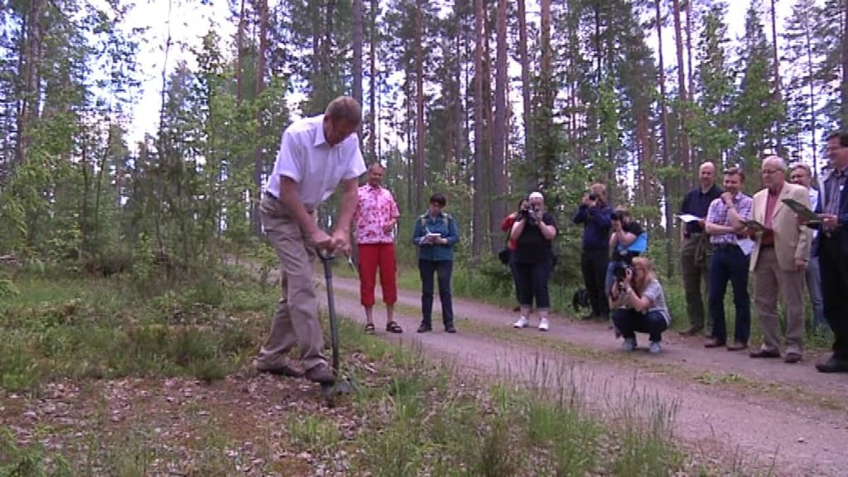 Mies kaivaa maata yleisöä katsomassa
