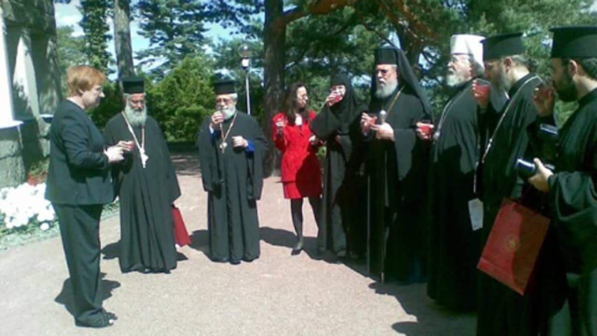 Presidentti Tarja Halonen, arkkipiispa Leo ja arkkipiispa Krysostomos seurueineen tervetuliaismaljat käsissään.