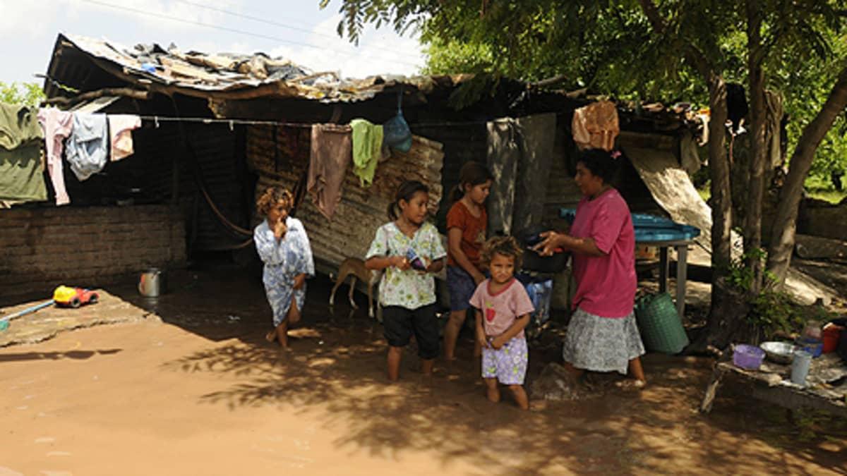 Hondurasilaisen perheen koti kärsi tulvivasta Choluteca-joen tulvittua Palenquessa Etelä-Hondurasissa kesäkuussa 2009.