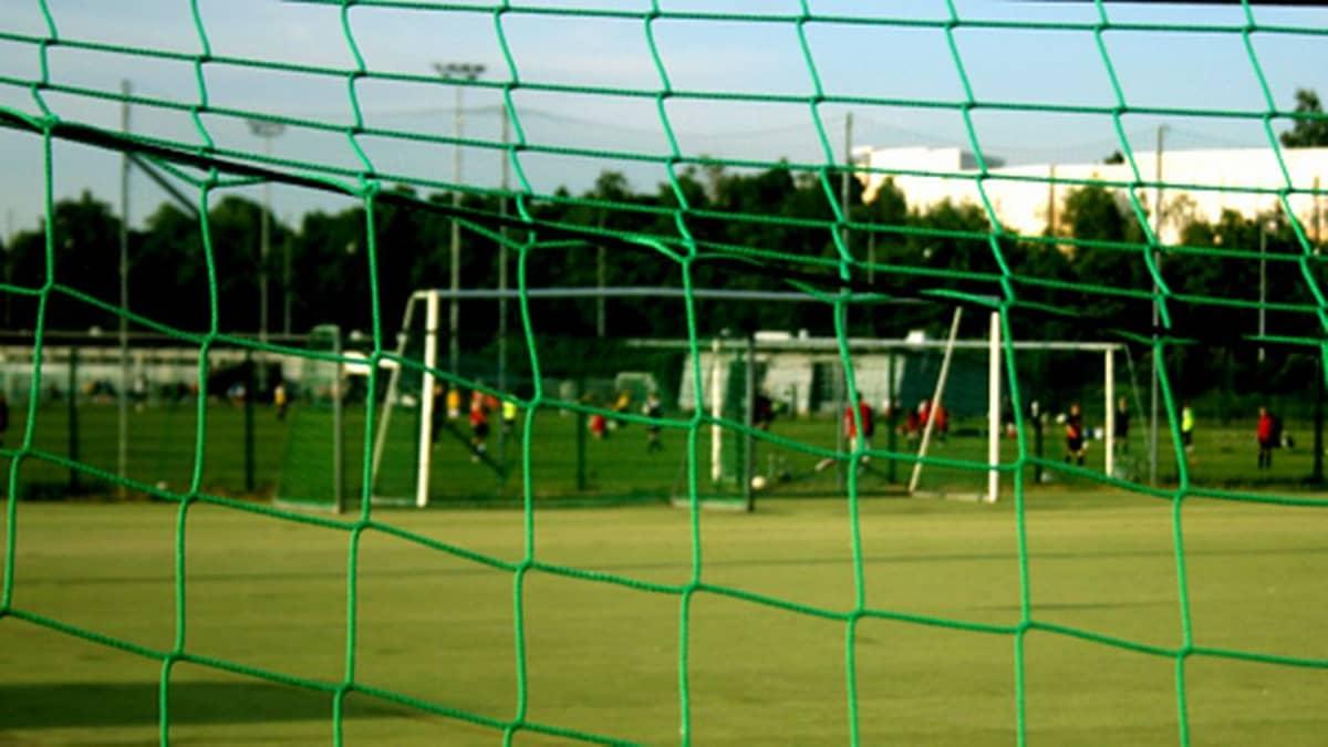Maaliverkko ja jalkapallokenttä Velodromin kentällä.