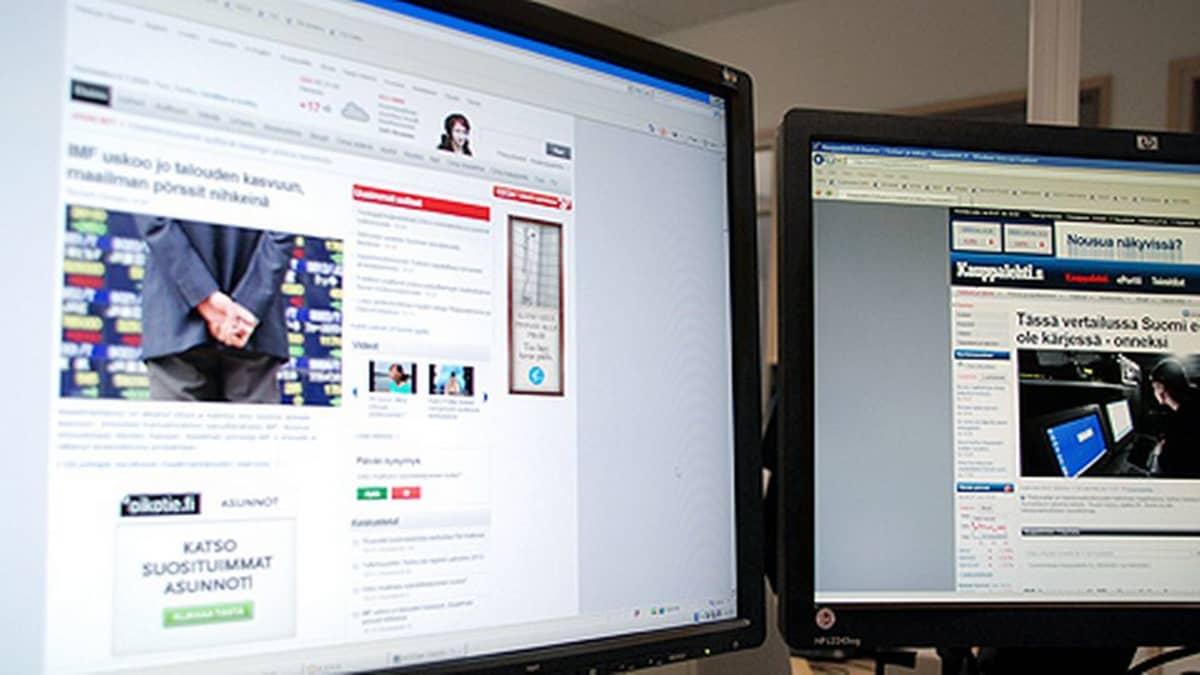 Kaksi tietokonenäyttöä