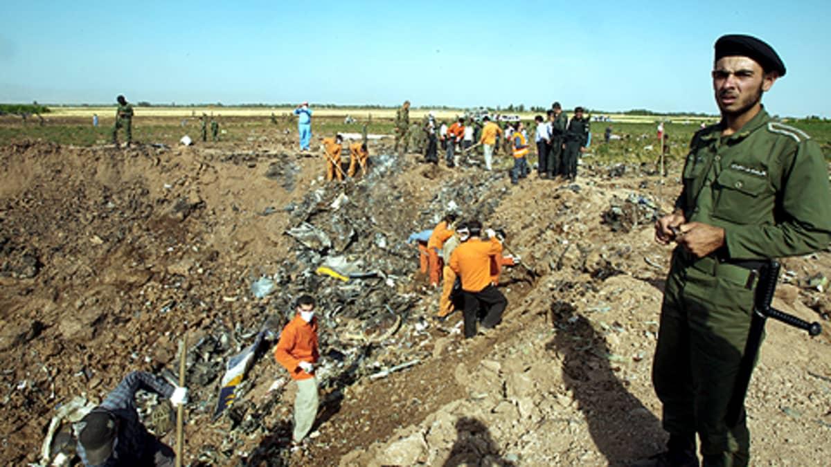 Iranin viranomaiset ja pelastustyöntekijät tutkivat lentokoneen jäännöksiä turmapaikalla.