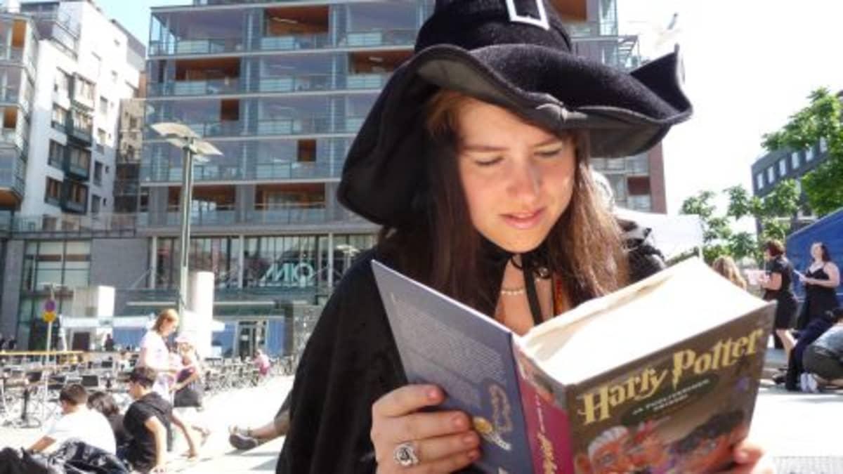 Noitatyttö lukee Harry Potteria.
