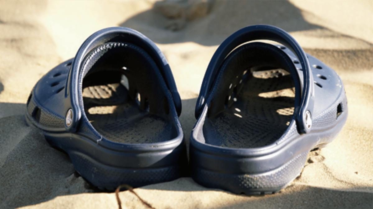 Crocs-sandaalit rannalla