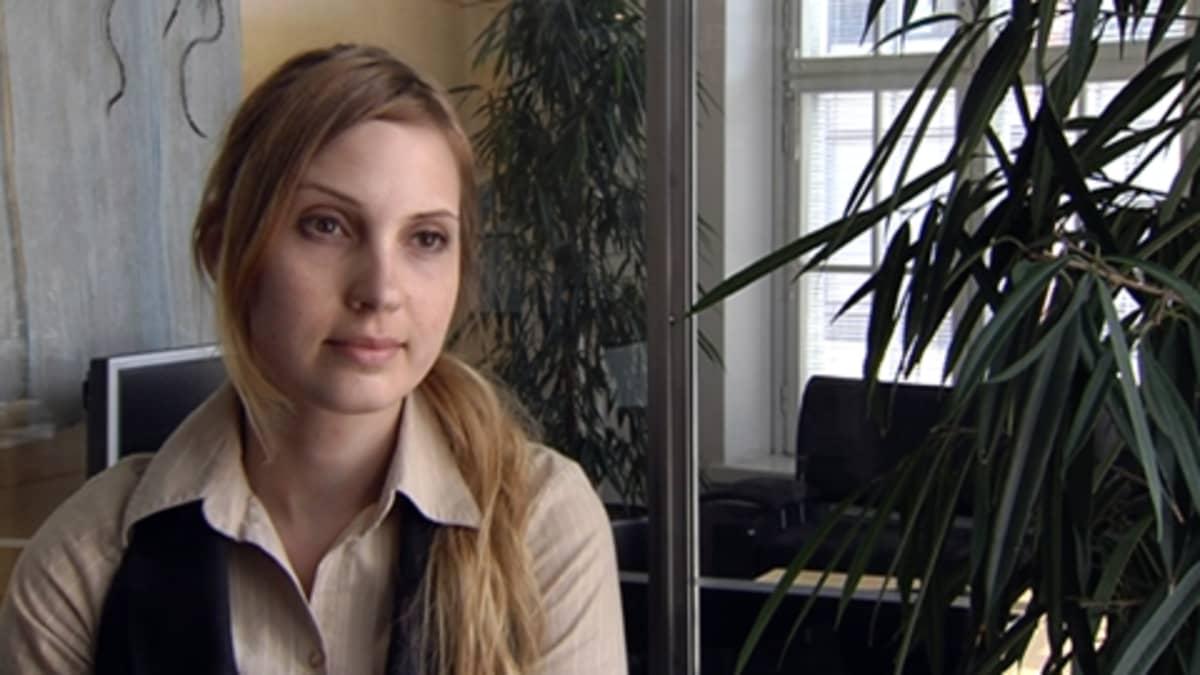 Tuotekehittelijänä työskentelevä Nina Hirvonen sai vuosien pätkätöiden jälkeen vakituisen paikan ja odottaa innolla lomaansa.