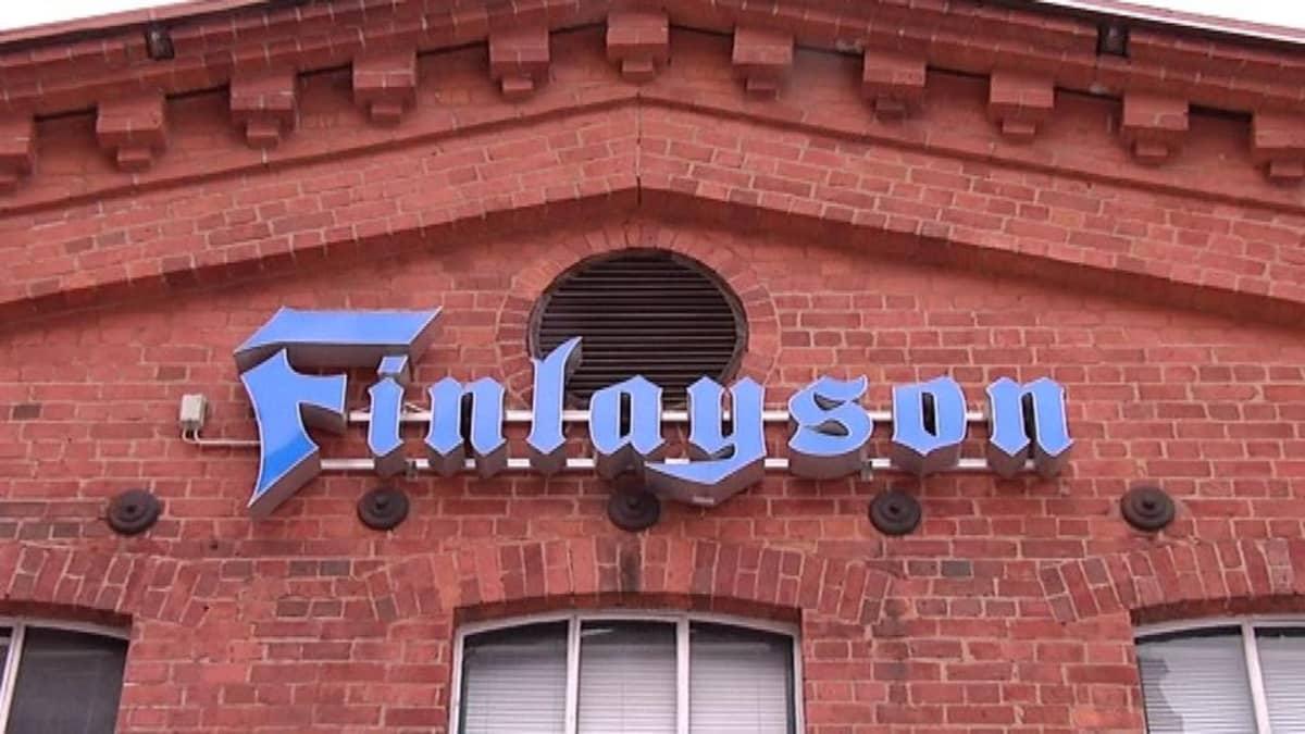 Finlaysonin logo tiilisen tehdasrakennuksen päädyssä