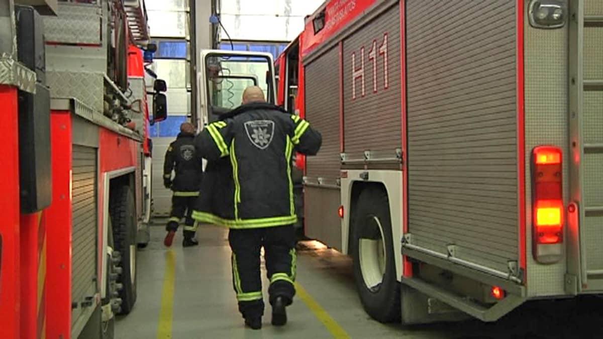 Palomiehiä ja paloautoja