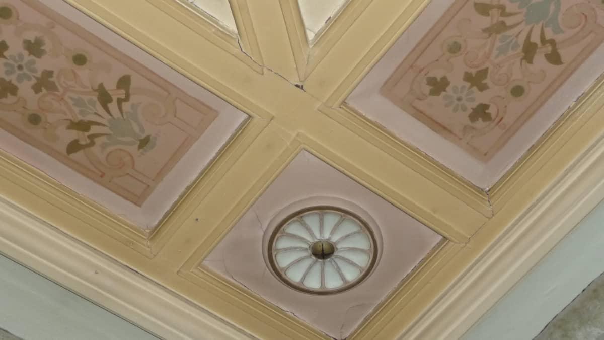 Kasarmirakennuksen koristeellinen katto