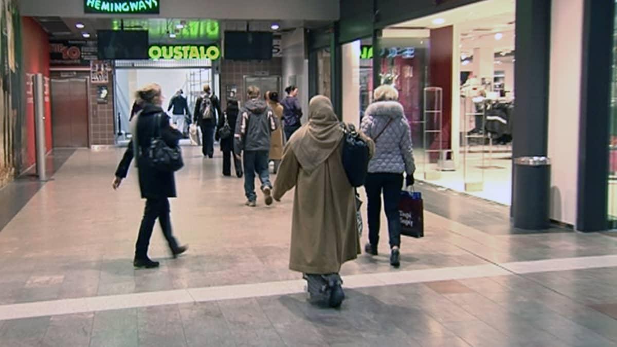 Ihmisiä ostoskeskuksessa