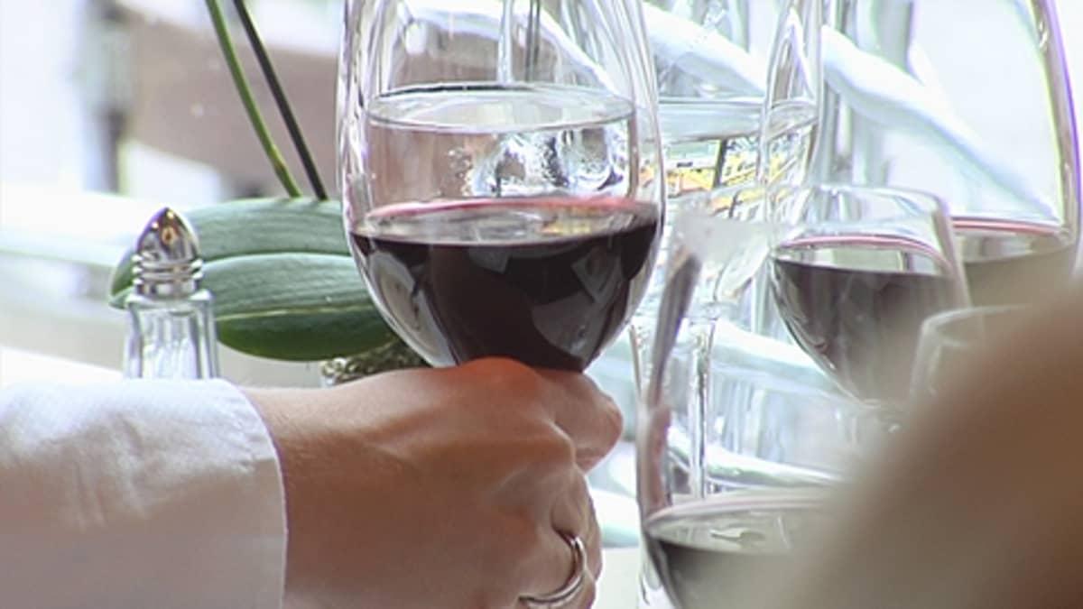 Nainen pitelee viinilasia