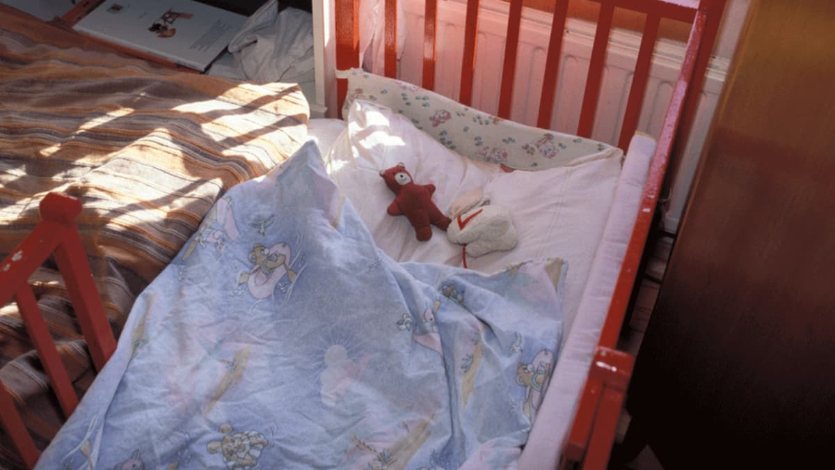 Tyhjä lapsen sänky, jossa unileluja