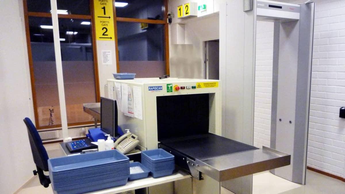 Turvatarkastuspiste Lappeenrannan lentoasemalla.