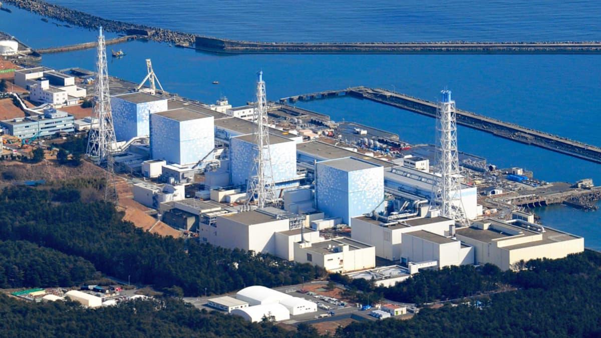 Ilmakuva Fukushiman ydinvoimala-alueesta lauantaiaamuna hieman ennen räjähdystä. Myöhemmin tuhoutunut reaktori on kuvassa laitimmaisena vasemmalla.